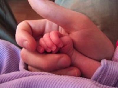 Kinderhand in Erwachsenenhand