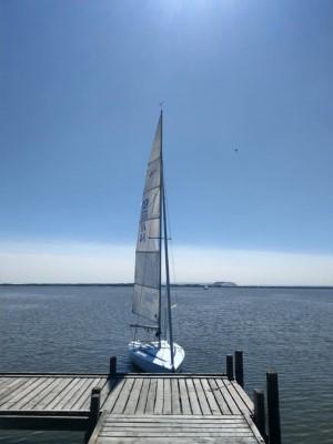 Segelboot an einem Steg